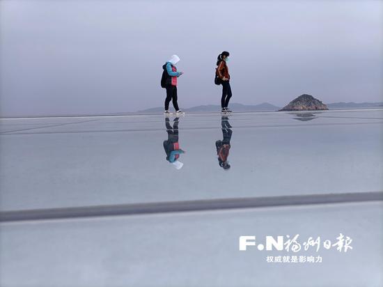 琅岐海边用玻璃镜面铺设的天空之镜。记者 欧阳进权 摄