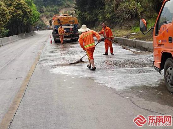 三明大田:重卡油管漏油 路上灑漏了40米