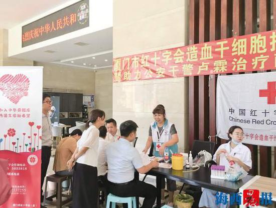 昨日的活动现场,许多志愿者在填写资料、等候采集血样。