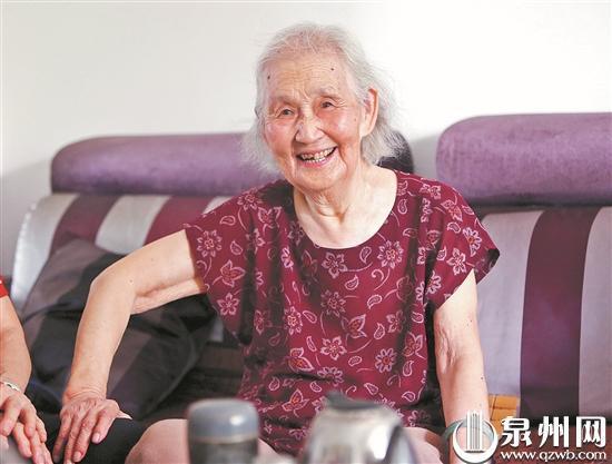 93岁的陈秀霞老师笑容满面,性格十分乐观。