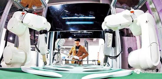 智能机器人生产线正在运行(陈小阳 摄)