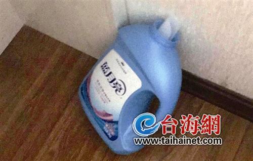 ▲瘫软在床的小伙边上放置着一个蓝色的洗衣液瓶