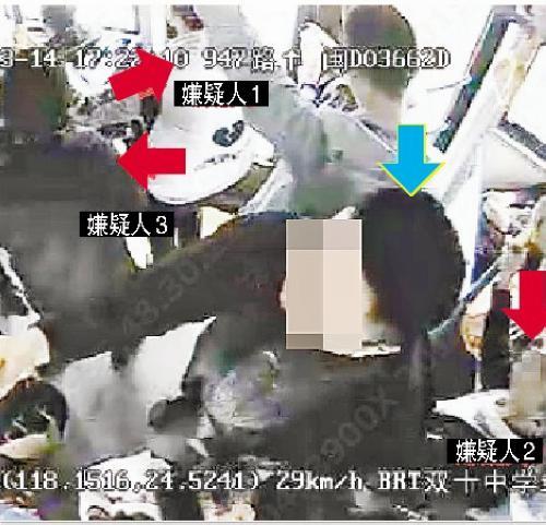 蓝色箭头是被扒窃的乘客,三名嫌疑人已将他围在中间。 (视频截图)