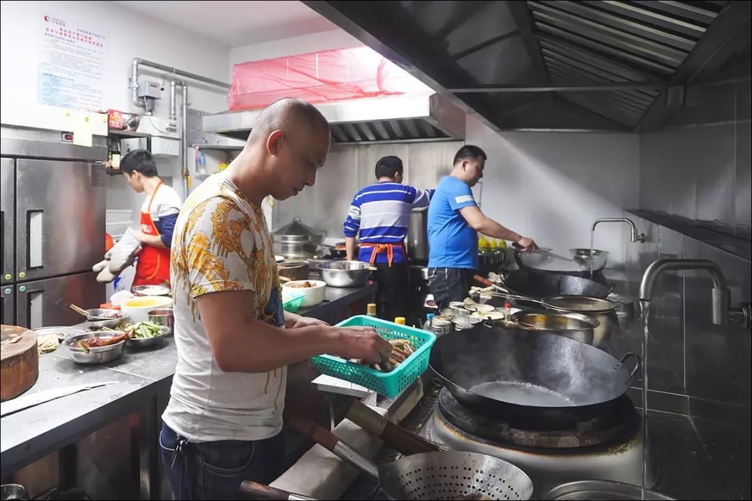 后厨内,大厨们为人们准备着饕餮盛宴