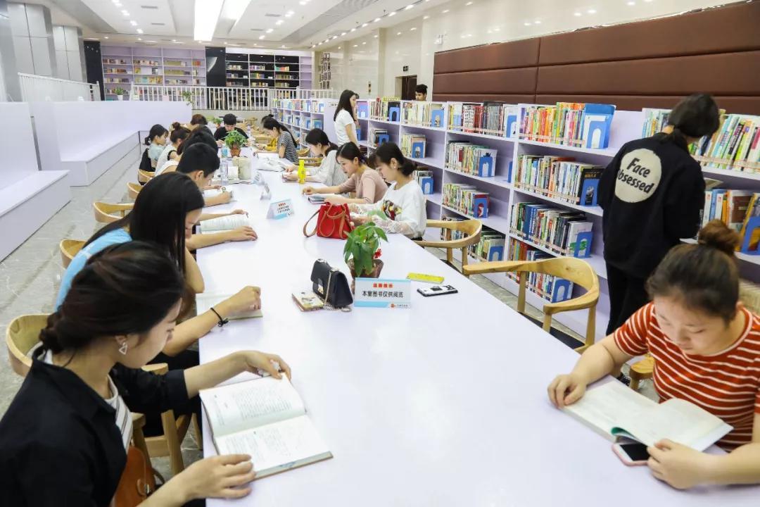 龙岩市图书馆内,迎来了晚间阅读的人们|陈律全 摄