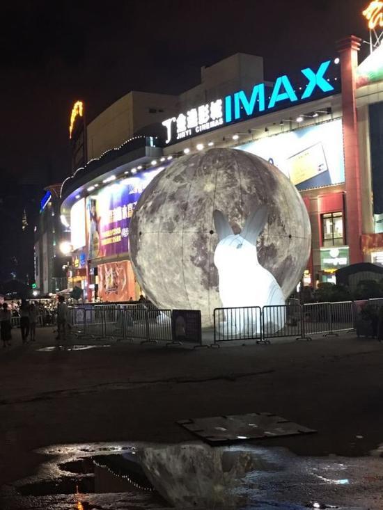 福州宝龙城市广场大月亮被吹走 一路滚压好多车图片