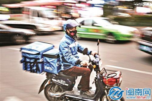 1月12日下午,一名送餐员在泉州市区泉秀街机动车道疾驰