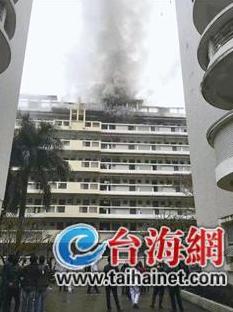 昨日11时,闽南师范大学达理公寓3号楼7楼突然冒起滚滚浓烟,吓坏了不少学生。