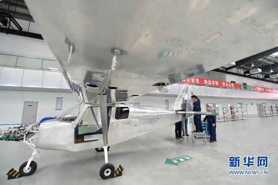4月11日,在福建自贸区福州片区一家轻型飞机制造企业,技术人员在装配野马飞机部件。这架轻型飞机除核心部件外均为该企业自主生产。新华社记者 宋为伟摄   2017年以来,福建首个通用航空制造项目野马飞机制造项目进展顺利。该项目总投资2亿元人民币,生产出的轻型飞机将运用于私人飞行、经济娱乐、飞行员培训等多个领域。
