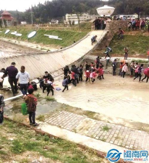 永春泉州一铁索桥突然断裂15名小学生落水3人小学英语自然拼读绘本图片