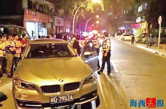 宝马车和女司机被警方控制。