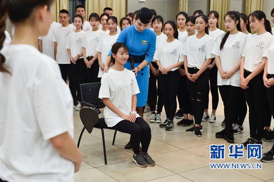 厦门会晤志愿者开展培训 厦航空姐演示礼仪规范