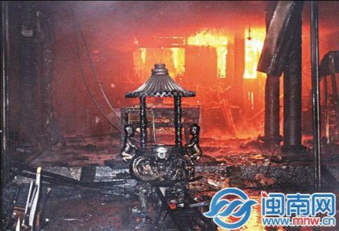 消防官兵赶到时,天后宫后殿火势已经很大