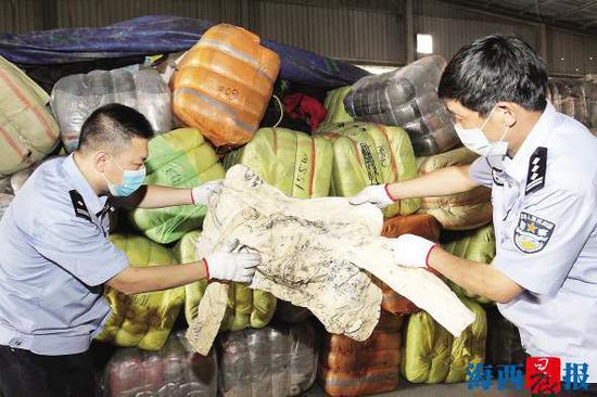 厦门海关查获500吨意图走私入境的旧衣服。雷国华 摄