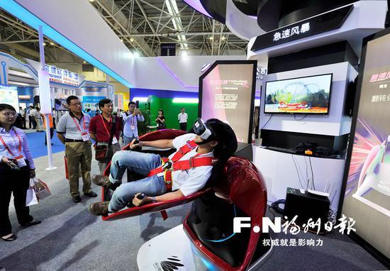 """体验""""急速风暴""""VR过山车游戏 。福州日报记者 郑帅摄"""