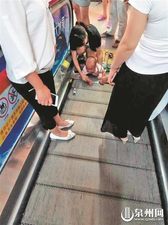 鑫鑫手指被电梯卡住,再次提醒各位家长,带孩子乘坐电梯时千万要注意安全。