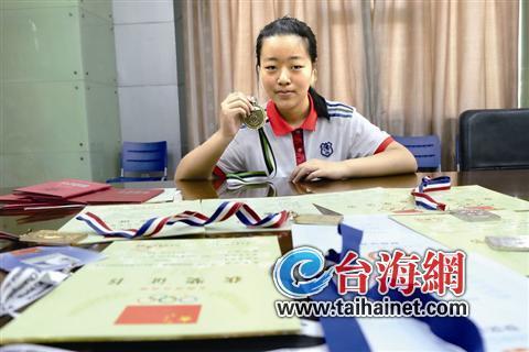 双十中学16岁女生杨辰悦,第一次出战世界顶级航模擂台,就捧回金奖。昨天,刚从波兰赛场回厦的她仍兴奋不已。