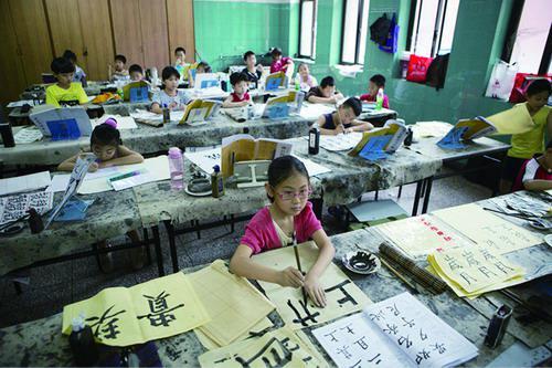 许多家长希望尽己所能,给予孩子最好的教育。 资料图