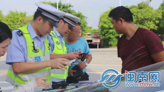 民警对违法驾驶员开具罚单