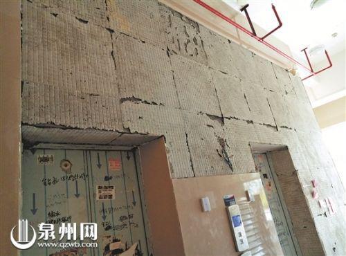   已脱落瓷砖的墙面