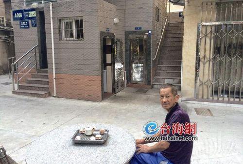 男子闹肚子如厕忘带纸 厦门阿伯热心帮忙买纸