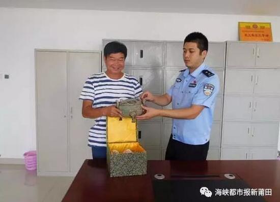 ▲警方发还被盗的西汉青铜鼎
