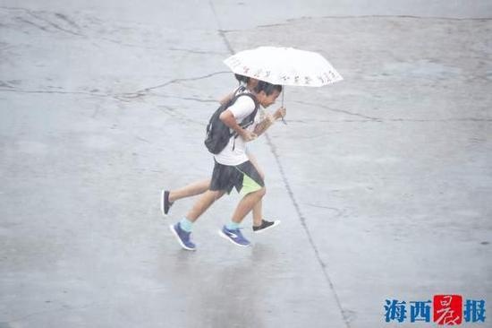 昨日下午岛内突降大雨。记者 陈理杰 摄