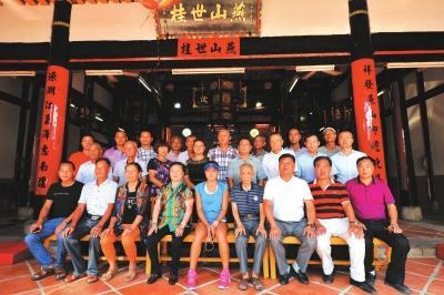 黄姿仪一家与宗亲在丰州燕山黄氏家庙合影。