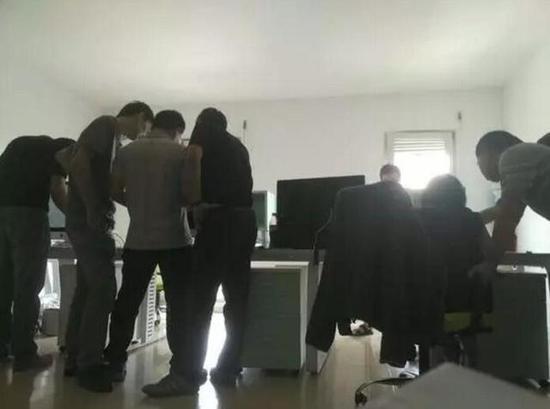 9月9日WePhone公司内,员工及苏享茂家属正在整理通告(图片来自网络)