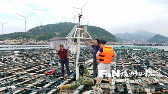 工作人员正在进行海洋预报设备维护。