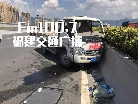 遗憾的是,截止记者发稿,货车上副驾驶座上的乘客已经没有了生命体征,随后家属抵达现场,悲痛欲绝。