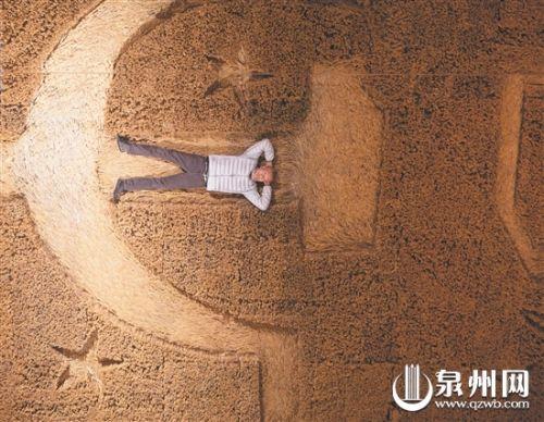   蔡国强躺于作品《大地》中