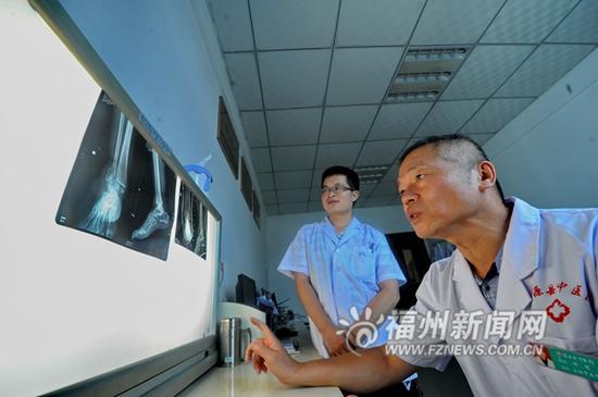 游硕正在研究四肢长干骨骨折复位固定器。
