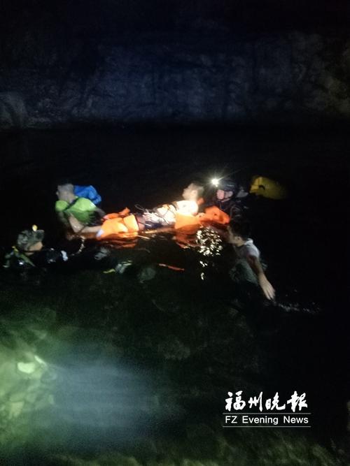 救援人员在担架下绑救生衣,水潭泅渡运送伤员。救援队供图
