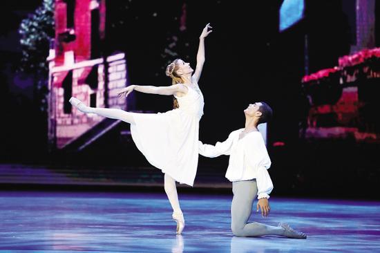 昨晚的金砖芭蕾舞之夜,南非舞蹈演员呈上了新古典主义色彩浓郁的《罗密欧与朱丽叶》。记者 陈理杰 摄