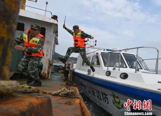 莆田边防支队官兵跳帮临检可疑船只。蔡昊 摄