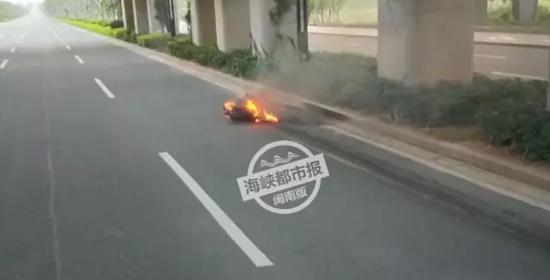 报警人胡先生事发时正好开小车途经该地。