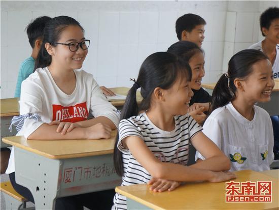 实践团成员在长乐学校进行支教时学生仔细听讲热情互动 通讯员陈玉叶摄