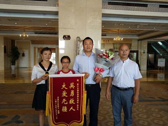 台海网9月19日讯 据海峡都市报报道,开学半个多月后,罗勇芳和女儿昨天终于见到了救命恩人郑华文,送上了致谢的锦旗和鲜花。