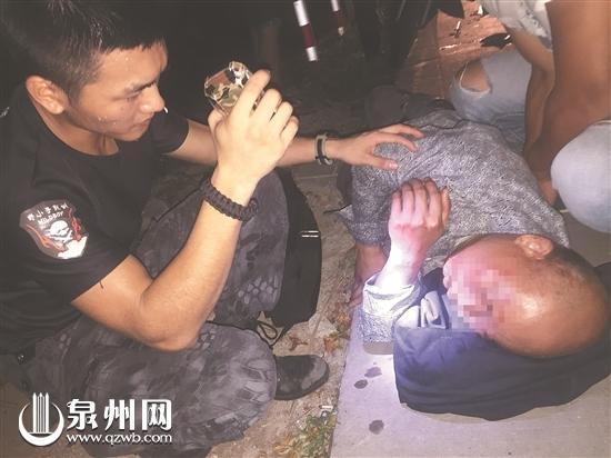 杜晓航照看一名伤者,并拿出衣服让其垫着头部。(网友供图)