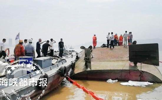 运沙船倒扣,救援人员正在搜寻失踪者(现场救援人员供图)