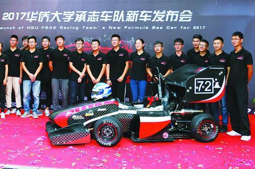 华大师生自主研制的第七代车辆在发布会上亮相。(方丽雯 摄)