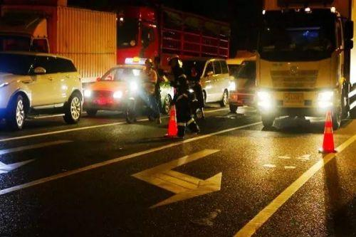 5分钟后,明火被扑灭,消防官兵对撬开的引擎盖和车厢内的冒烟处进行浇灌,防止复燃。
