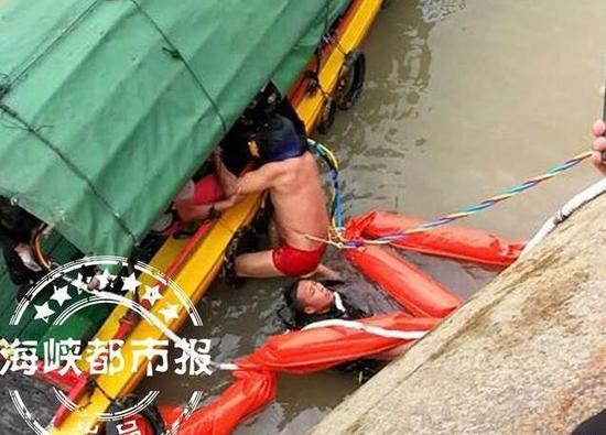 一名船员被救上船(现场救援人员供图)