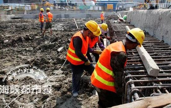 福州地铁6号线的长乐航城站,工人们顶着烈日加紧施工
