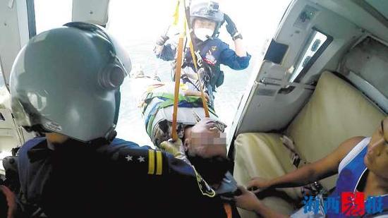 救援人员将渔民救上直升机。连加强 摄