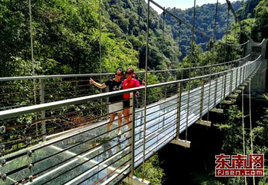 福州景区首座悬空玻璃天桥对外开放