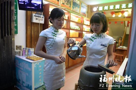 连日来,榕城高温。三坊七巷春伦爱心茶摊工作人员不断给茶摊水壶加水。