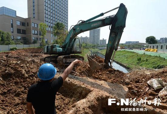 工人在浦上河进行清淤作业。