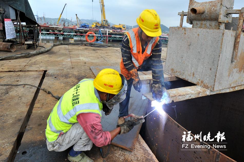 工人在龙江特大桥36号墩焊接钢护筒。